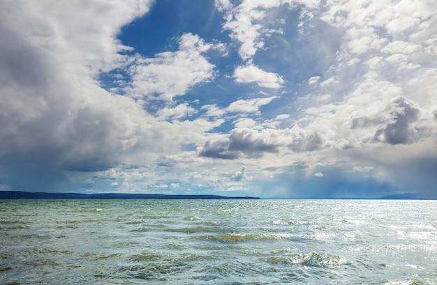 Escena de tormenta dramática en el lago.