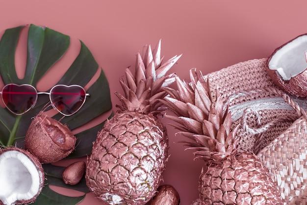 Escena tropical de verano con piña y accesorios de verano
