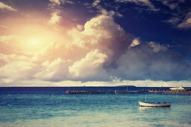Escena de verano hermoso de mares tranquilos y barco