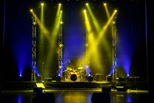 Escenario libre con fondo de luces, dispositivos de iluminación.