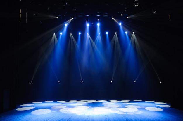 Escenario libre con luces, dispositivos de iluminación. antecedentes.