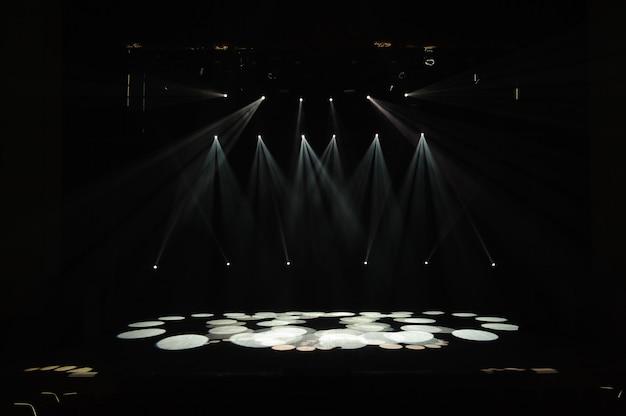 Escenario libre con luces, dispositivos de iluminación en el consert.