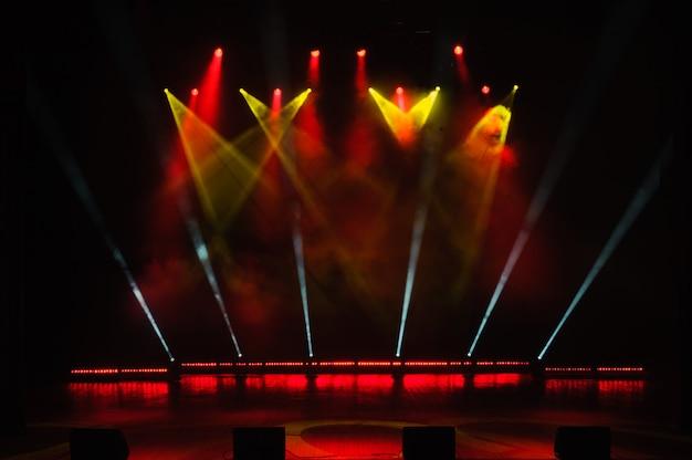 Escenario libre con luces, dispositivos de iluminación. espectáculo nocturno