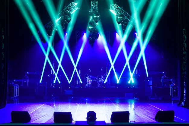 Escenario libre con luces, dispositivos de iluminación.