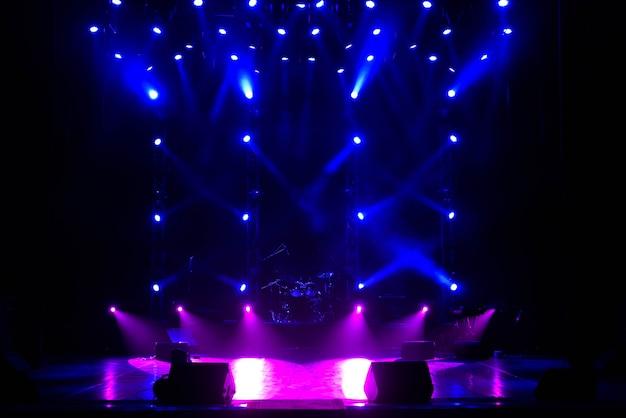 Escenario libre con luces de fondo, dispositivos de iluminación.