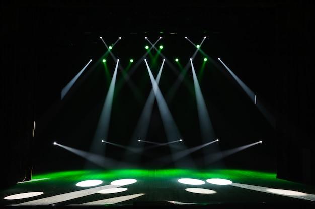 Escenario libre con luces, fondo de escenario vacío, foco, luz de neón, humo.