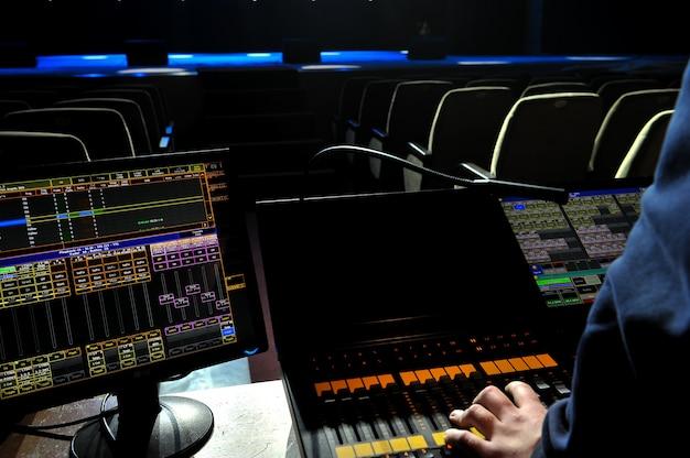 Escenario libre con luces. trabajo de un ingeniero de luz