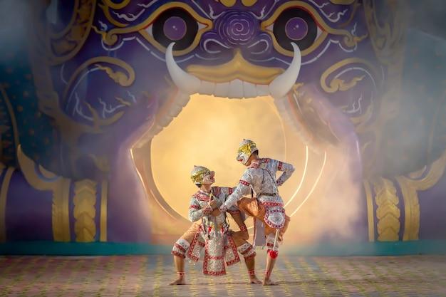 Las escenas de batalla de la pantomima tailandesa entre los dos personajes de mono