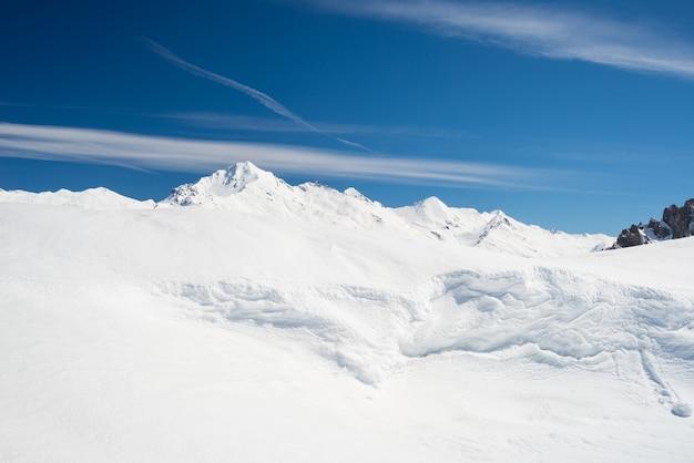 Escénica cornisa de nieve en la cresta
