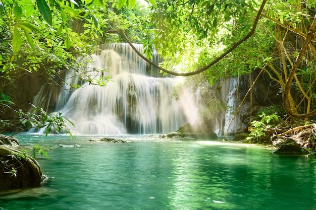 Escénico hermoso de la cascada de huai mae khamin en kanchanaburi, tailandia.