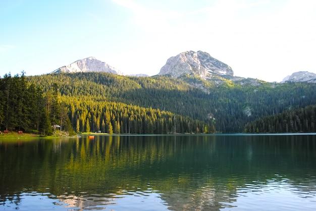 Escénicos ríos y lagos en montenegro