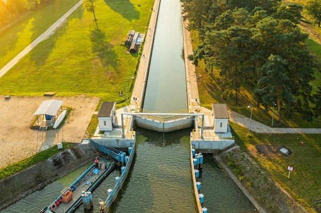 Esclusas cerradas en el río, canal de transporte de agua en el río