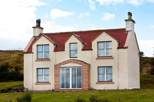 Escocia. preciosa casa en colores rojo y blanco.