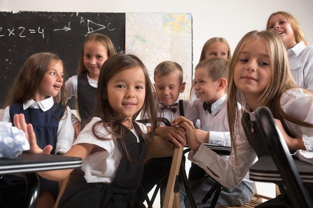 Escolares en el aula en la lección