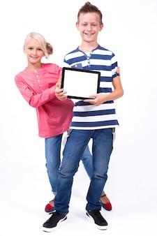 Los escolares sonrientes aprenden sobre el mundo y se comunican