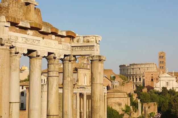 Escorzo de roma con ruinas de templos antiguos y coliseo