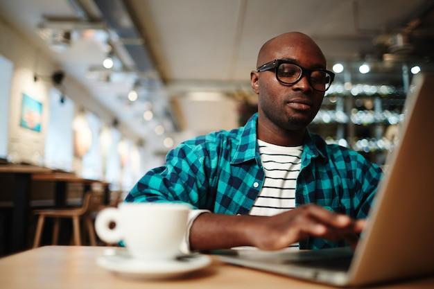 Escribiendo en cafe