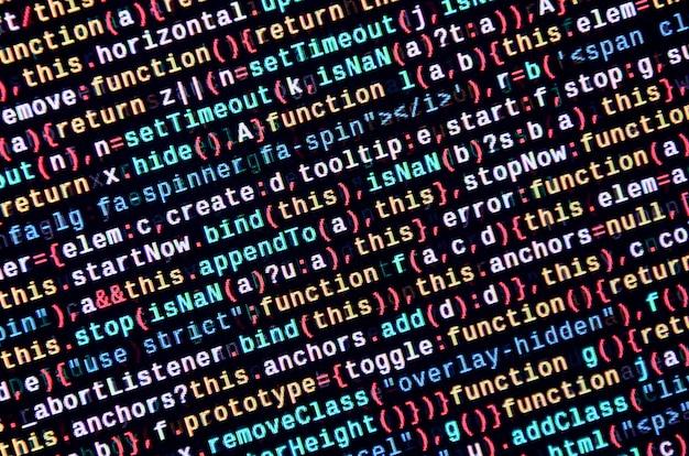 Escribir código de programación en laptop. datos binarios digitales en pantalla de ordenador.