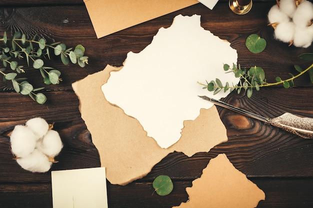 Escribir tarjeta de felicitación de estilo vintage de vacaciones en mesa de madera, copyspace