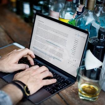 Escritor de la afición que trabaja mecanografiando concepto del artículo