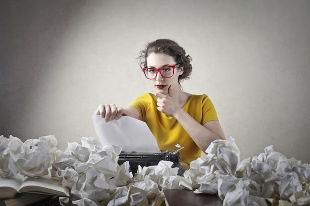 Escritor luchando con ideas