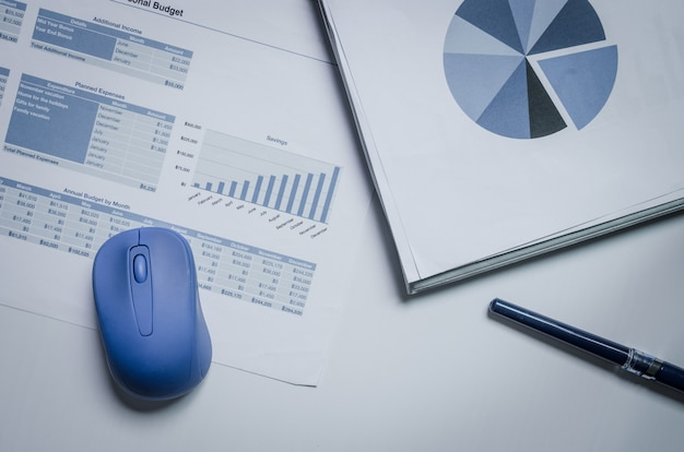 Escritorio de análisis financiero empresarial con gráficos y diagramas contables