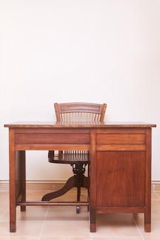 Escritorio antiguo con silla