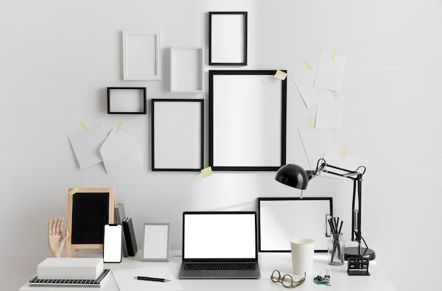 Escritorio de área de trabajo con lámpara y computadora portátil