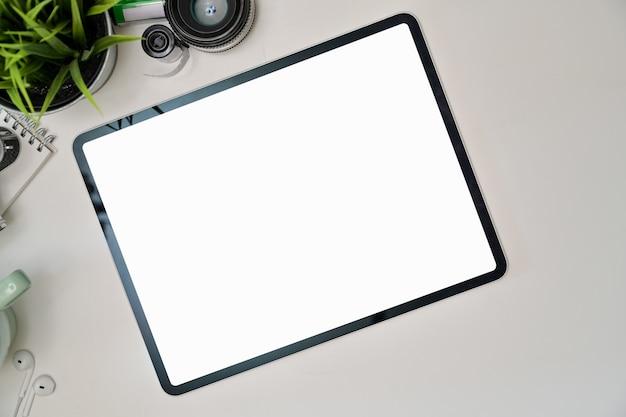 Escritorio de área de trabajo de oficina con tableta maqueta de pantalla en blanco