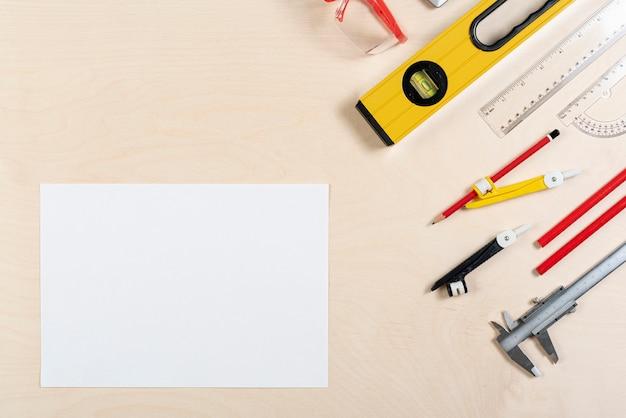 Escritorio de arquitecto con vista superior de la hoja de papel