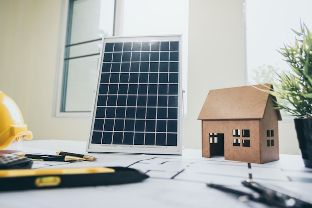 El escritorio de los arquitectos solar energy powered home green para reducir el calentamiento global.
