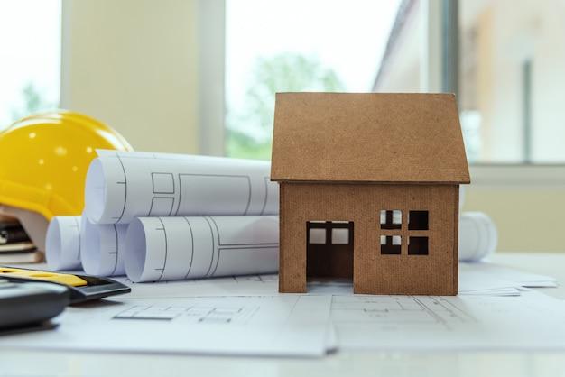 El escritorio de los arquitectos solar energy powered home green para reducir el calentamiento global.