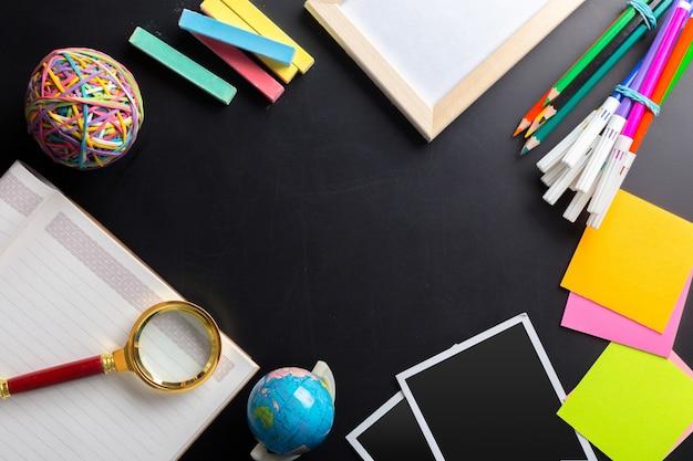 Escritorio de un artista con muchos objetos de papelería.