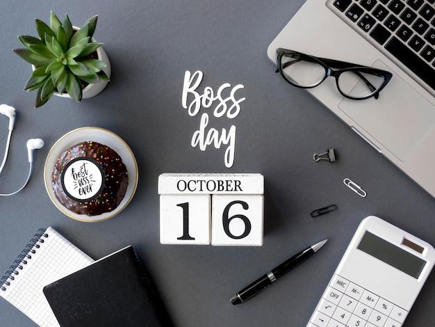 Escritorio con calendario del día del jefe