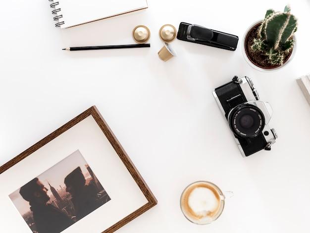 Escritorio con cámara de fotos