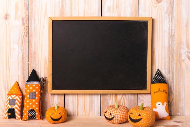 Escritorio cerca de juguetes suaves de halloween