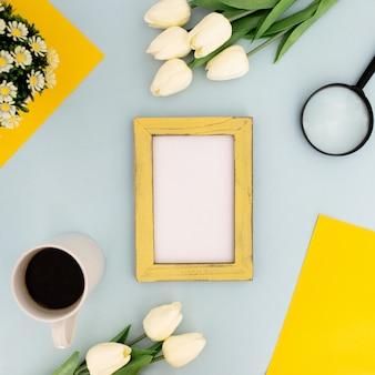 Escritorio de color con marco amarillo para maqueta sobre fondo azul