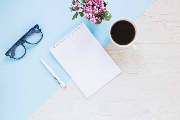 Escritorio creativo con notebook y café