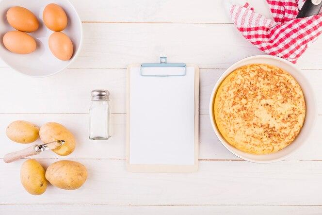 Escritorio de cocina con portapapeles y pastel
