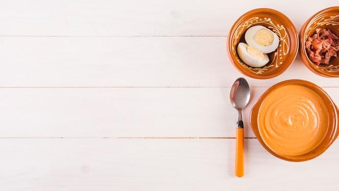 Escritorio de cocina con sopa de crema