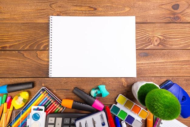 Escritorio desordenado con material de oficina