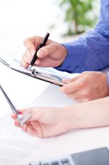 Escritorio con detalles del proceso de trabajo.