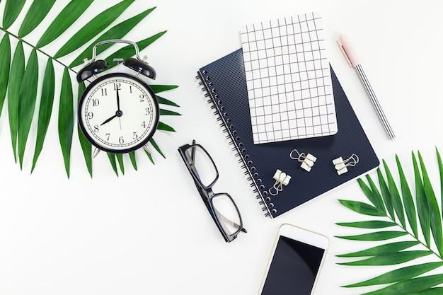 Escritorio de diseño de oficina de diseño con alarma, notebook, teléfono inteligente