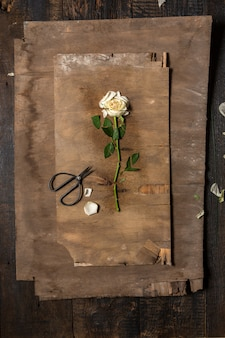 Escritorio de floristería con herramientas de trabajo