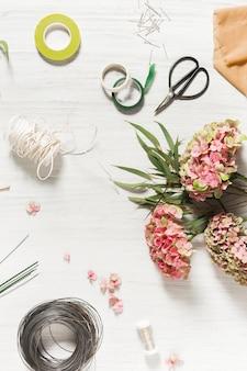 El escritorio de floristería con herramientas de trabajo
