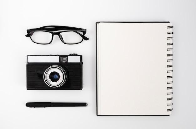 Escritorio de fotografía de vista superior con cámara