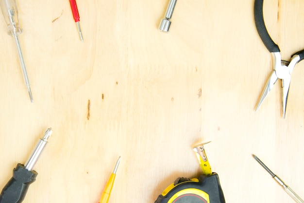 Escritorio de las herramientas de un artesano en un fondo de madera. vista superior, concepto plano laico.