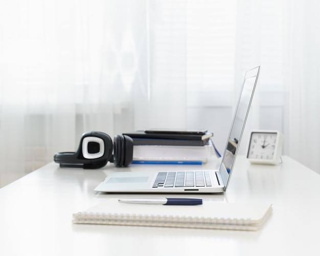 Escritorio independiente con laptop. educación a distancia. cuarentena, autoaislamiento, sociophobia. e-learning