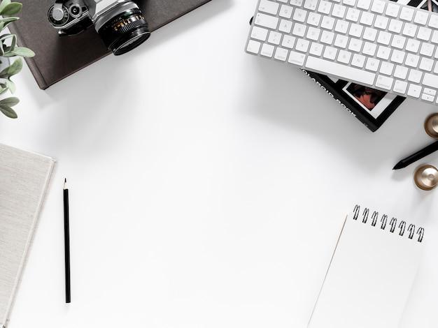 Escritorio con libreta y cámara de fotos