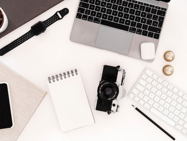 Escritorio con libreta y ordenador portátil